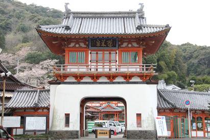 有田町の隣に位置する武雄市。そこのシンボル武雄温泉楼門