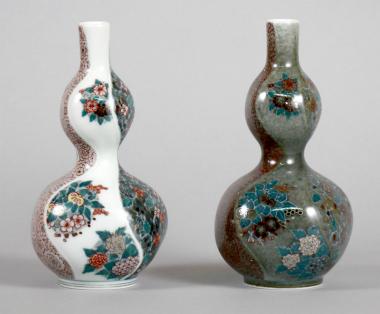 色絵墨色墨はじき四季花文花瓶 (左)、色絵薄墨墨はじき四季花文花瓶 (右)